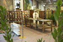 Scansia, tavolo da lavoro ed elementi architettonici
