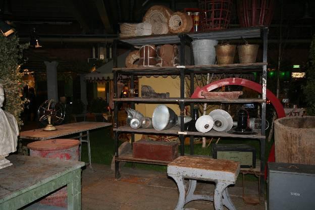 Scansia, tavoli, lampade, sedute post-industriali