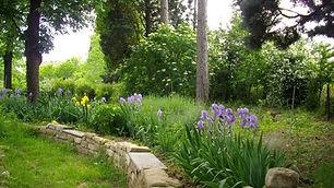 Giardino fiorito con pavimentazione