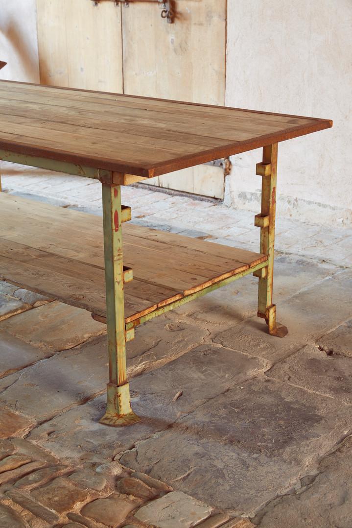 Tavolo post-industriale in legno e metallo