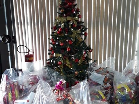 Grupo Salineira entrega brinquedos arrecadados na campanha Seja Um Ajudante de Papai Noel
