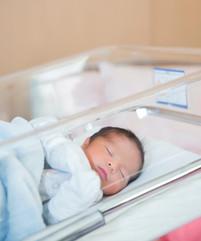 newborn-baby-sleeps-in-hospital-crib-in-