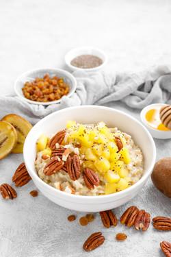 Oatmeal porridge with kiwi fruit, pecan