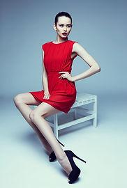 Modelo en un vestido rojo