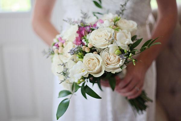 bridal-bouquet-cream-roses-elegant