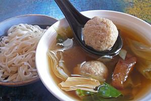 מרק הונג שאו עם כדורי דגים