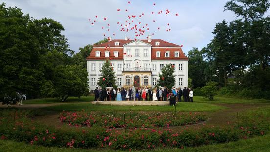 Hochzeitsgäste lassen Luftballons