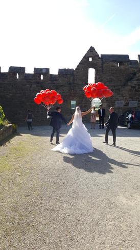 Brautpaar mit Luftballoons auf Burg Schönburg