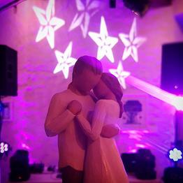 Brautpaar aus Holz auf einer Hochzeitstorte