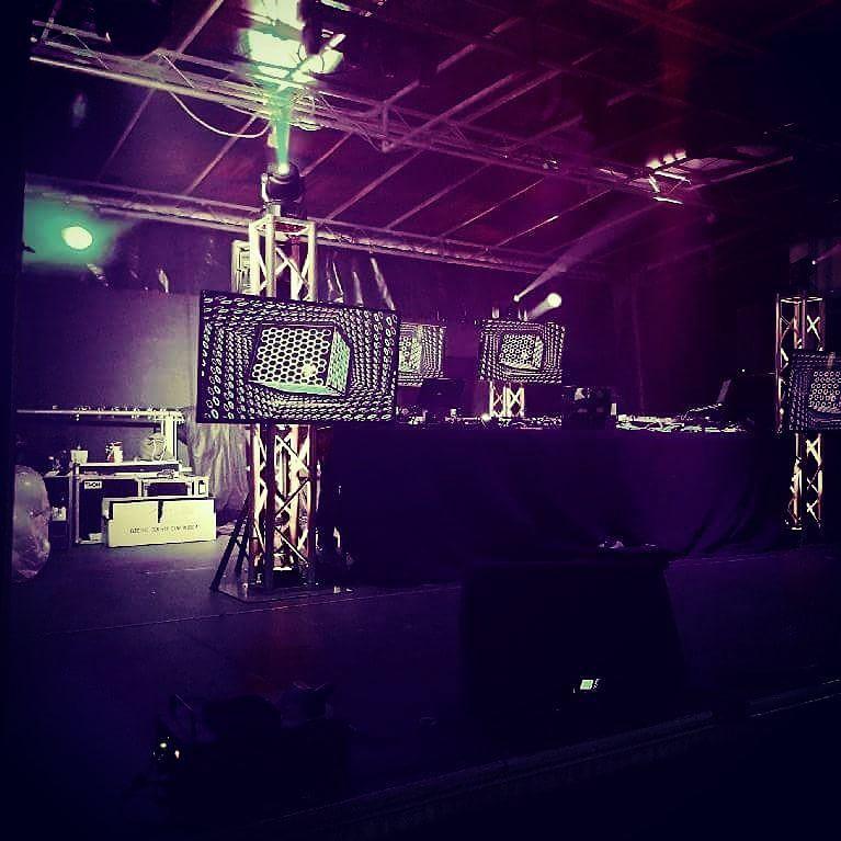 Bühnenaufbau mit LED-TV und movinghead auf traverse