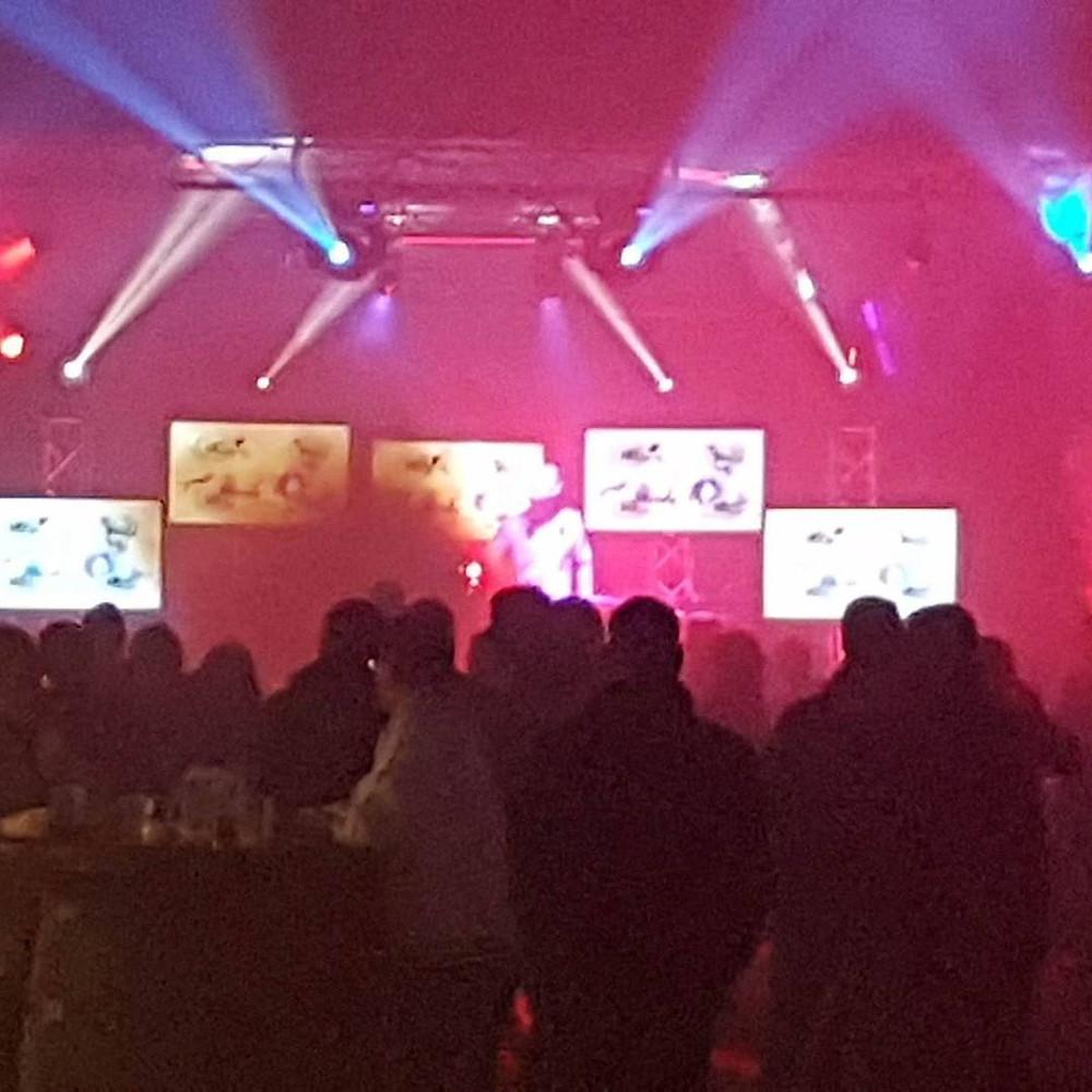 Bühne mit LED-Screens und movingheads