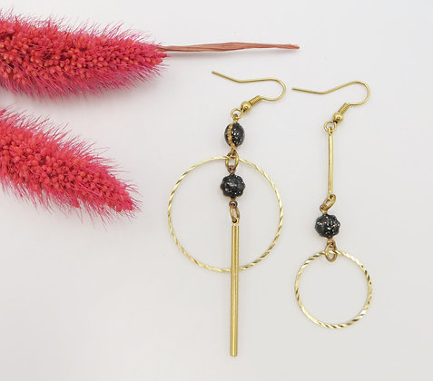 Boucles d'oreilles asymétriques dorées - émail noir pailleté