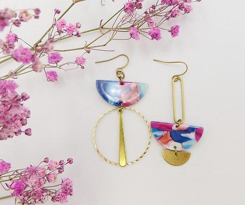 Boucles d'oreilles dorées asymétriques - rose et bleu