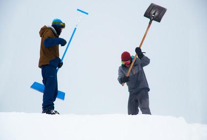 Nach einem grossen Schneefall müssen wir alle Obstacles von Hand ausgraben. Anschliessend wird das Gelände vom Pistenbully präpariert, damit wir wieder alles neu aufbauen können. Diese Arbeiten nehmen zwei bis drei Tage in Anspruch.