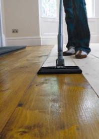 A french polisher restore a floor 2.jpg