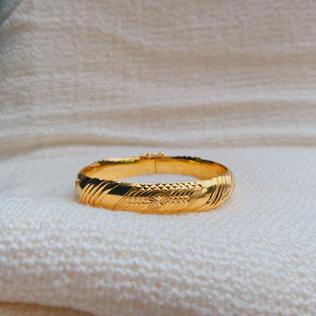 916 Gold Line Bangle