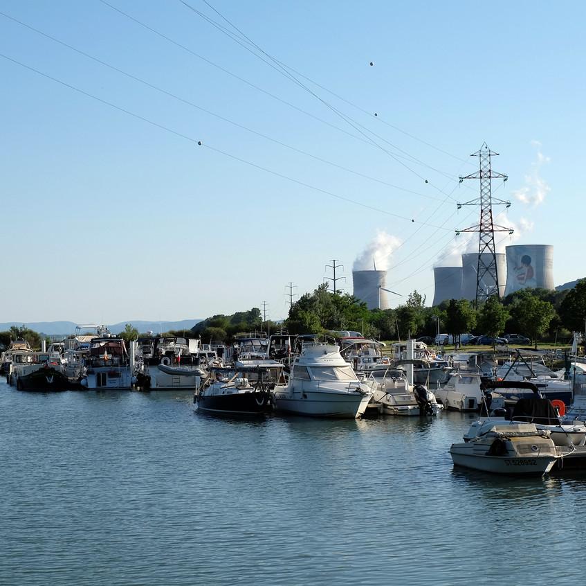 Le port au pied de la centrale
