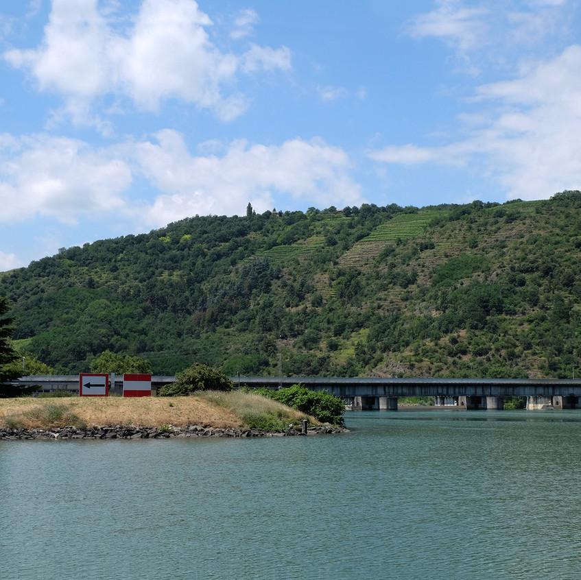 Un des nombreux barrages sur le lit naturel du fleuve, que nous contournons grâce aux parties canalisées