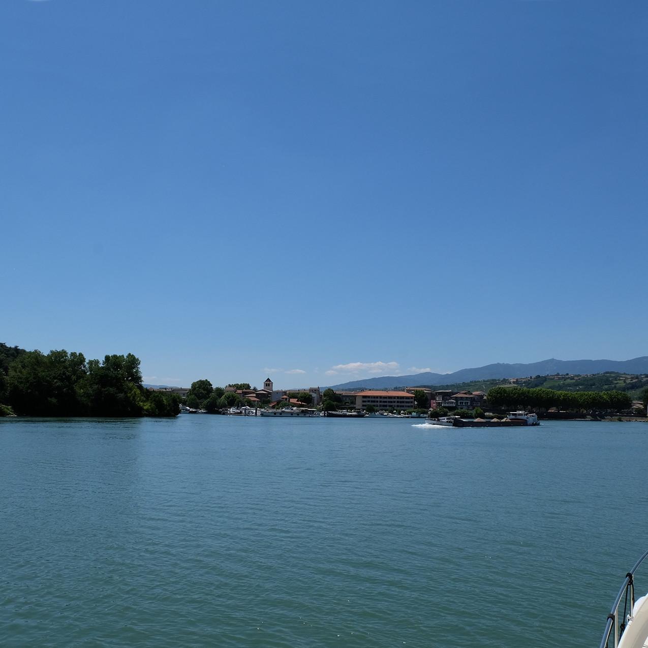 Le port des Roches-de-Condrieu sur la gauche