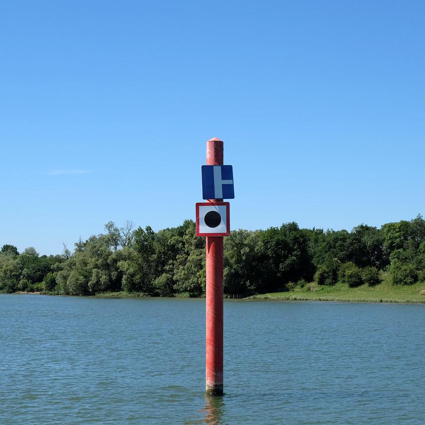 Croisement avec une voie d'eau secondaire. Émettre un signal sonore.