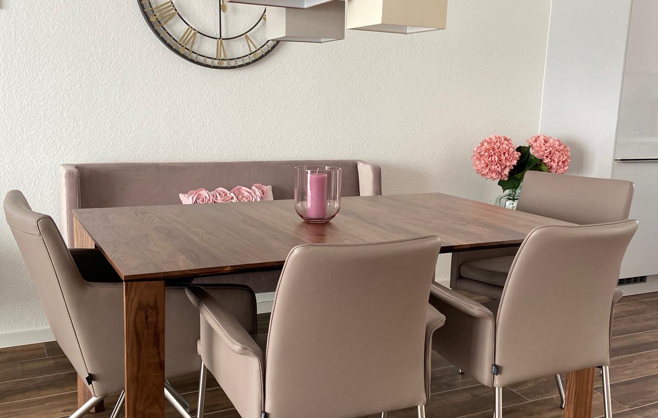 Essecke komplett mit verschiedenen Sitzmöglichkeiten - Stühle sind bezogen mit echtem Leder