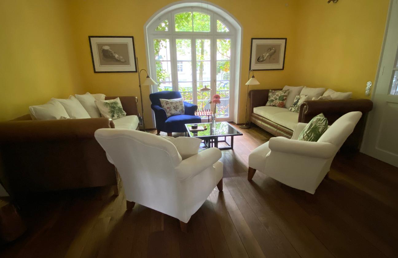 Wohnzimmer in knalligen Farben neu Gestaltet - nach Kundenwunsch inkl. neue Polsterarbeiten