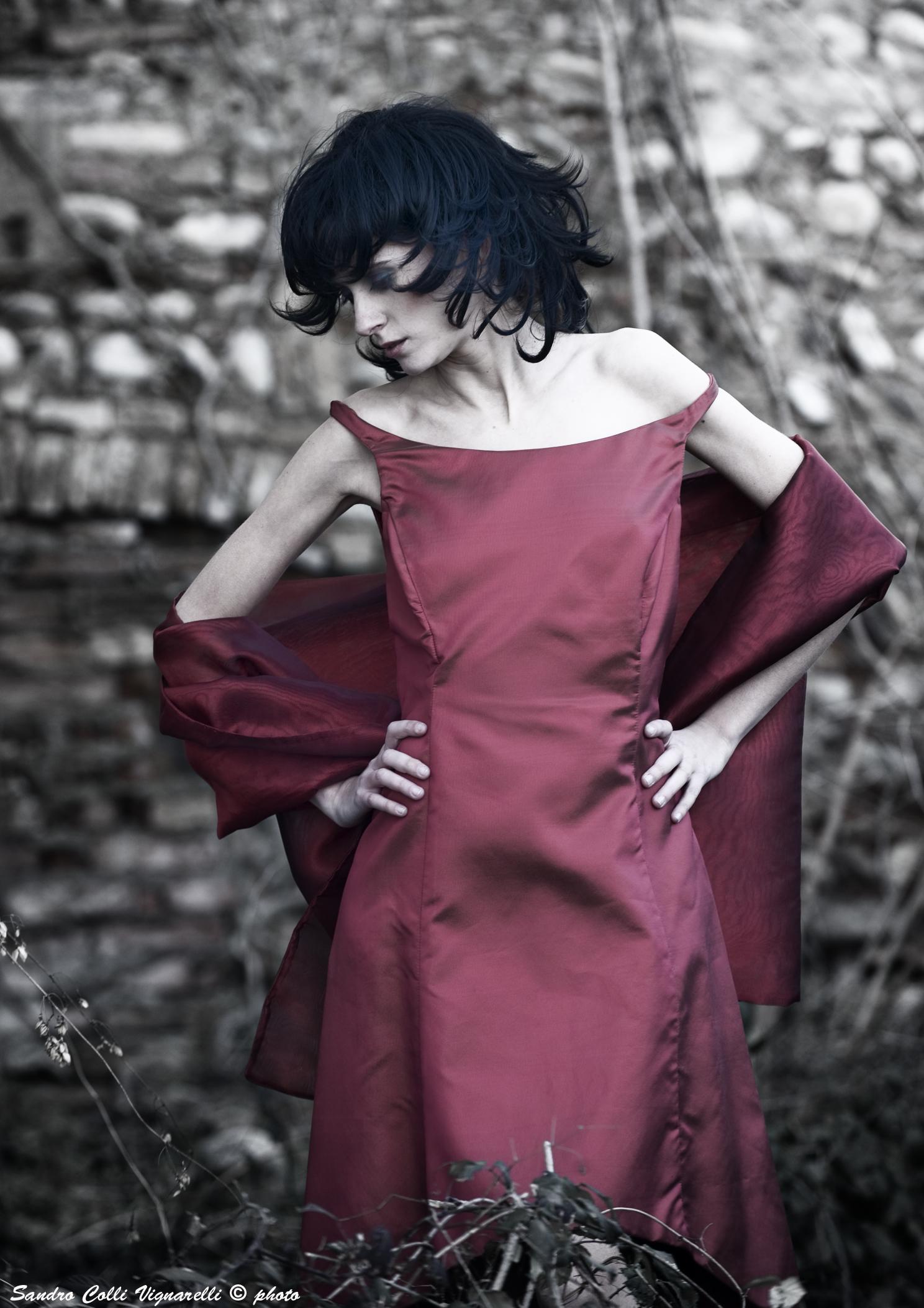 Scollo omerale e doppia lunghezza per l abito da sera in noirèè di seta.