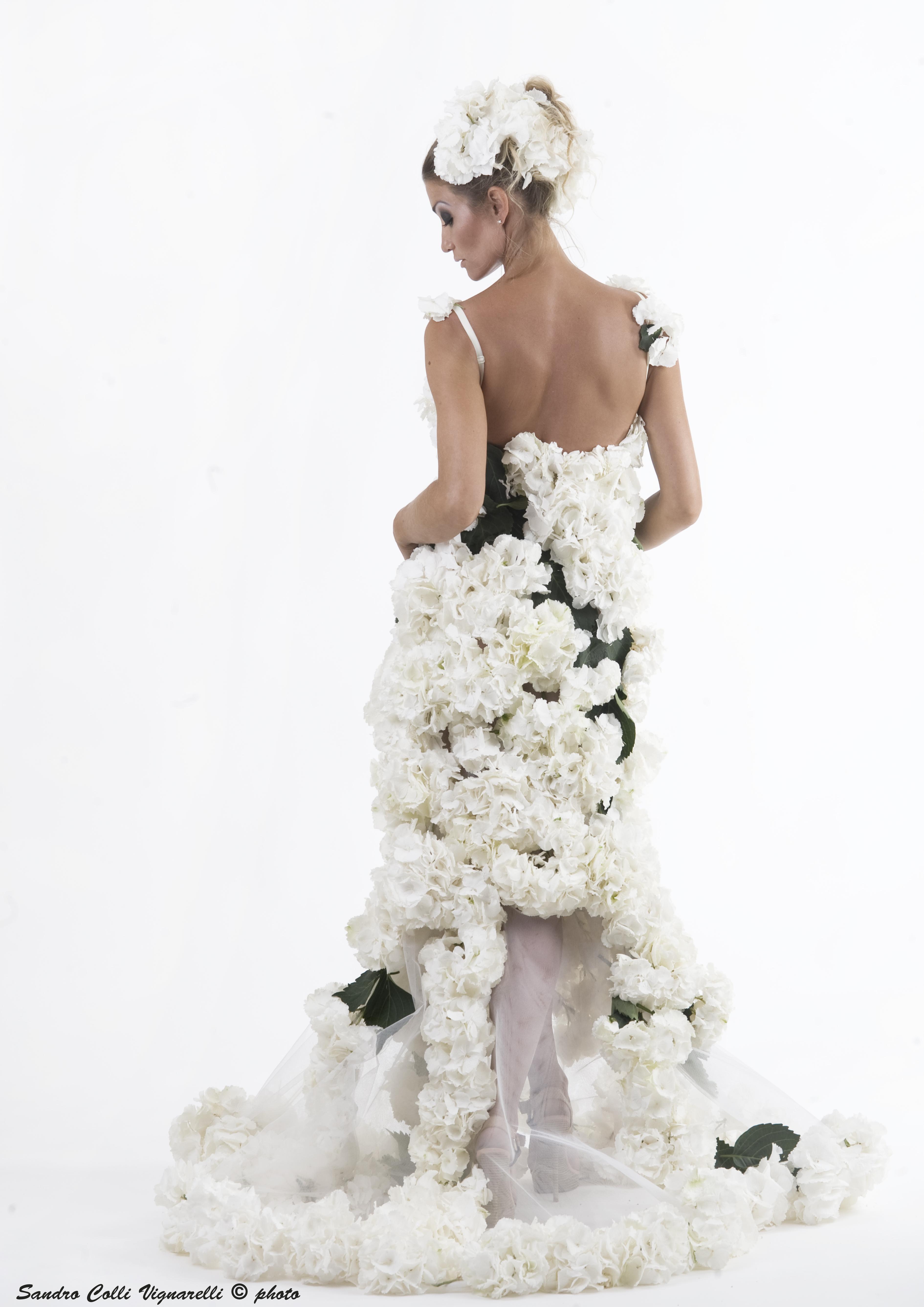 Particolare di abito da sposa con vere ortensie, scollo dietro