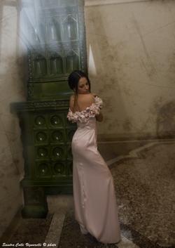 Scollo dell'abito in rosa cipria in satin di seta con rose importanti.