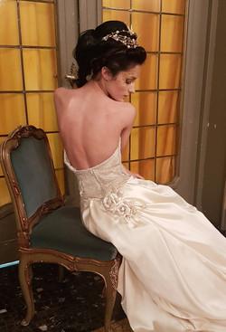 Paericolare dell'abito in raso duchesse con fiore al centro dietro