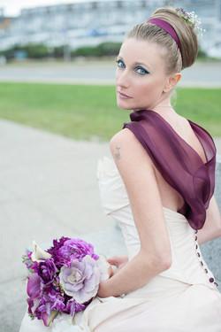 Abito da sposa con scollo in organza viola.