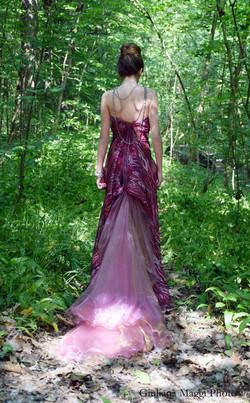 particolare dell'abito da sera con coda ad ali di farfalla