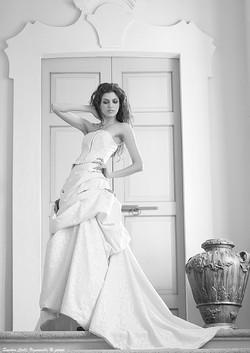 Particolare drappeggio dell'abito in stile'800 damascato di seta