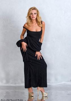 Particolare dello scollo e pslline dell'abito da sera a tubino.