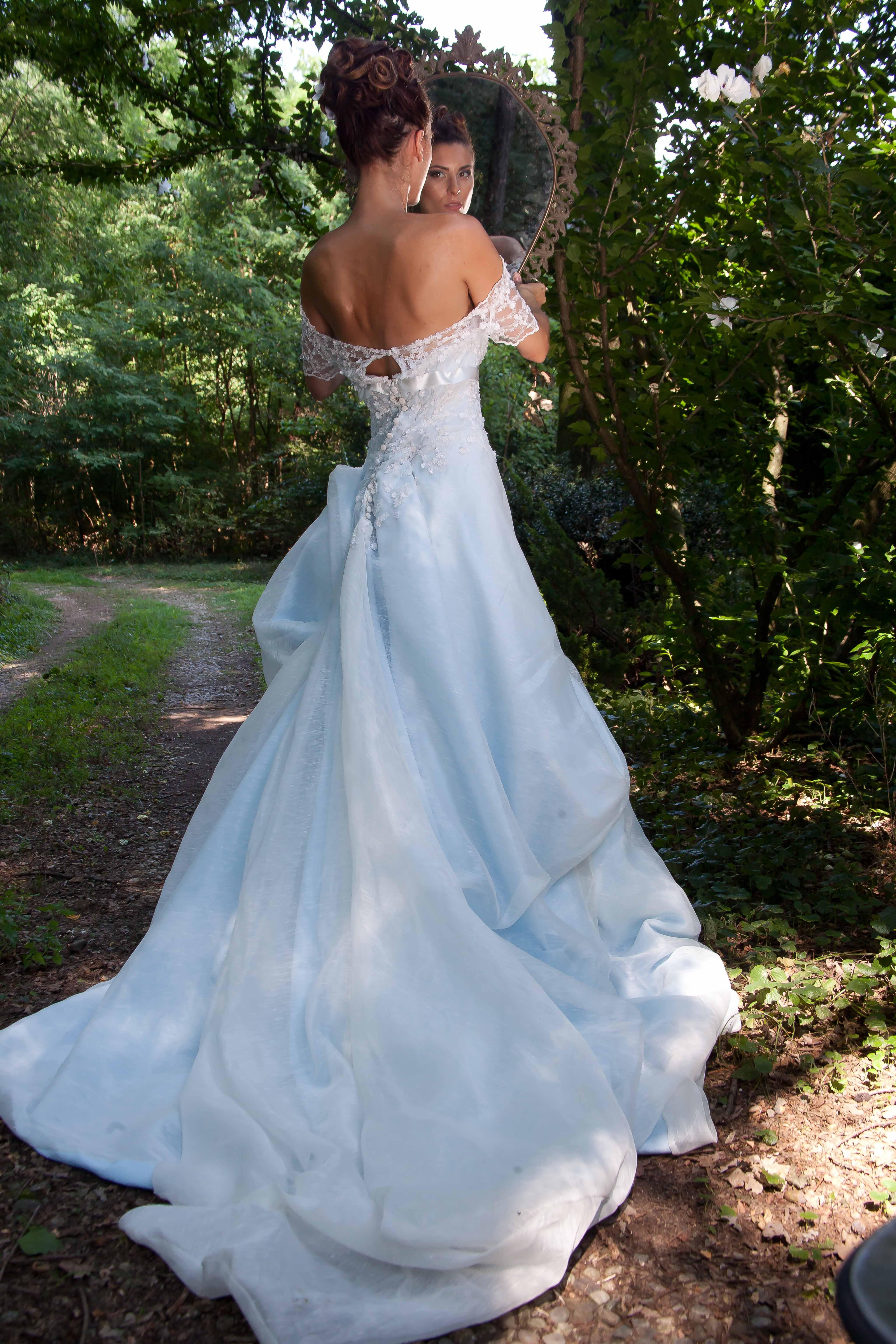 Particolare del abito da sposa nel drappeggio della gonna