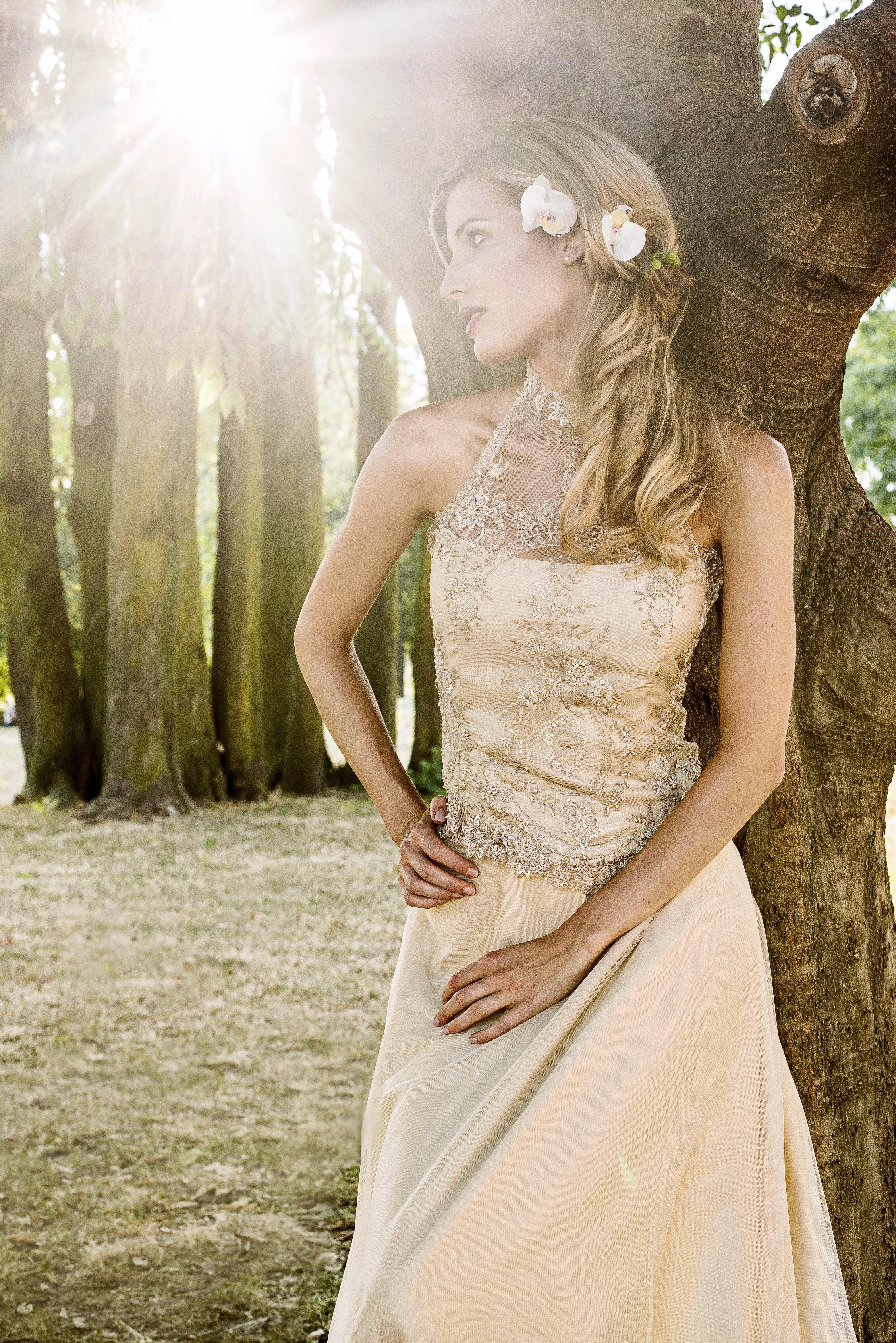 Abito da sposa morbido a ruota in raso e tulle e corsetto in stile scollo all'americana