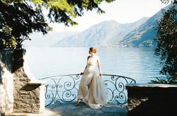 abito da sposa a tubino con coda in organza a ruota