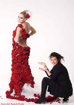 Per la creazione di questo abito sono state applicate circa 600 rose rosse vere