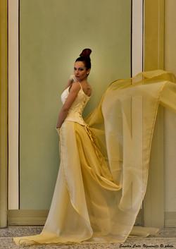 Particolare del corpetto da sposa e coda in oro di organza.