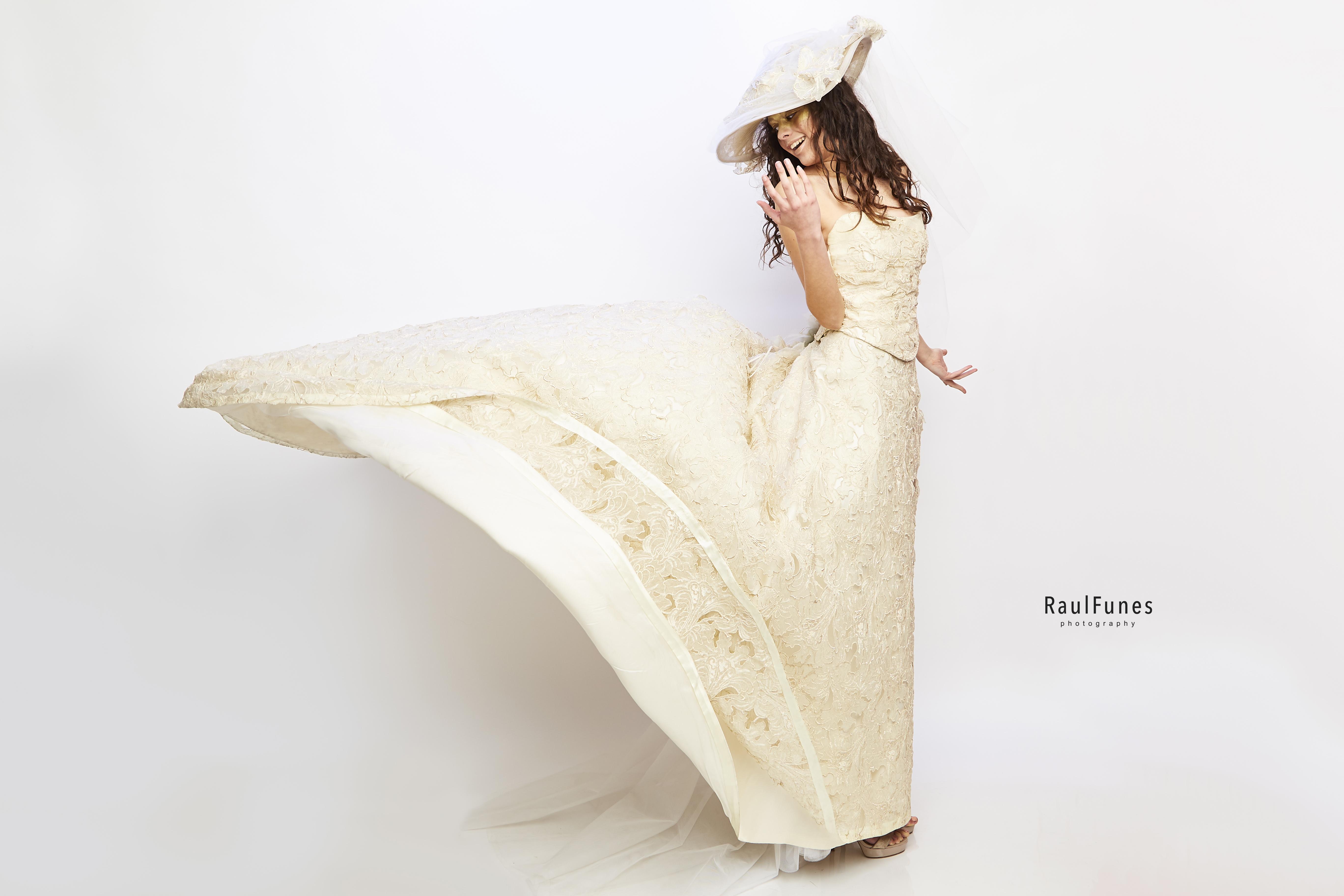 abito prezioso per la seta mikado e il pizzo su organza con cappello in stile