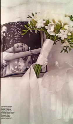 Altra tipologia di bouquet per un abito con scolo a barchetta e manica anni '50