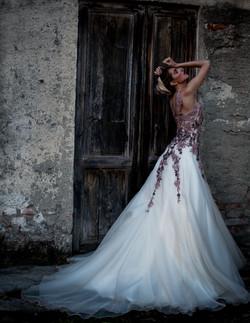 abito da sposa in doppia organza con corpetto ricamato in pizzi rosa antico