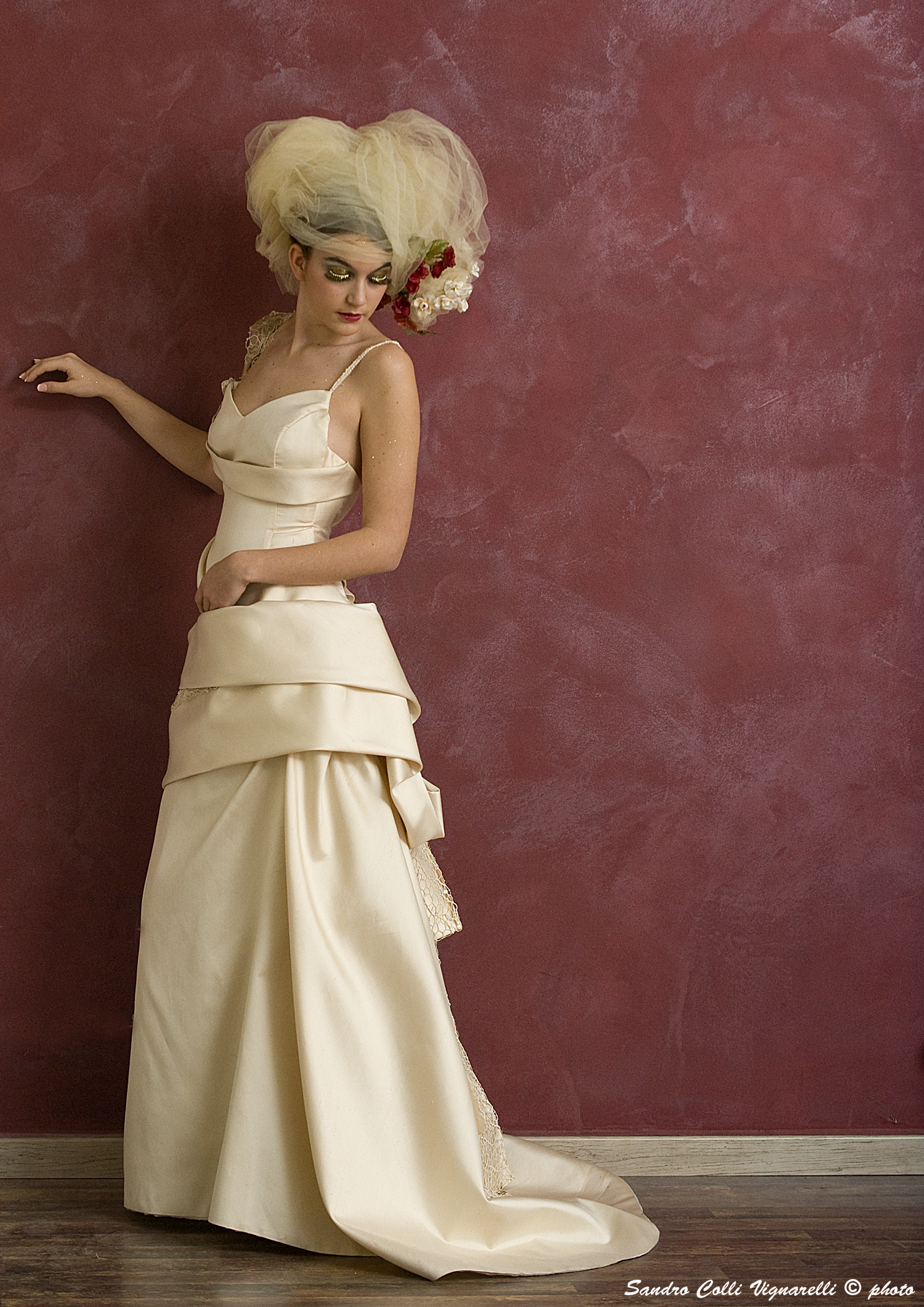 particolare di un corpetto strutturato da sposa in mikado di seta.
