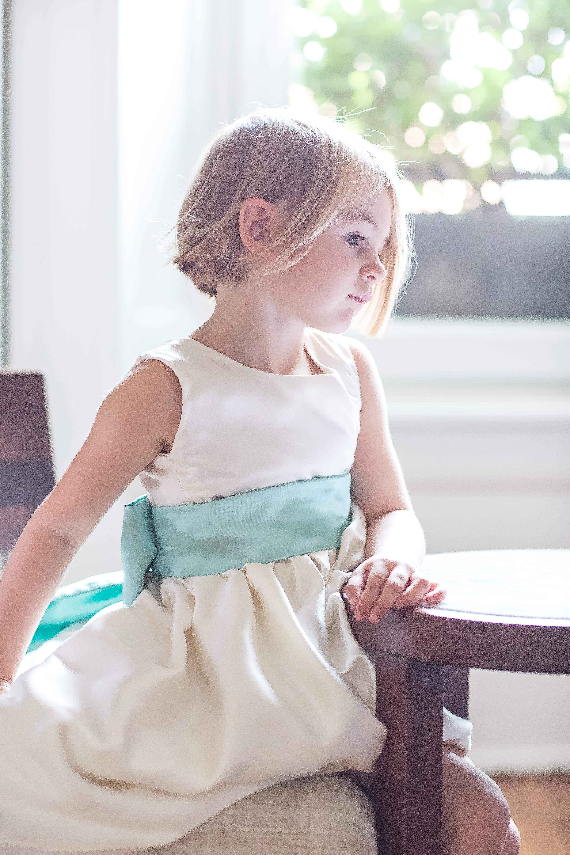 Particolare dello scollo dell'abito da damigella con fascia Tiffany