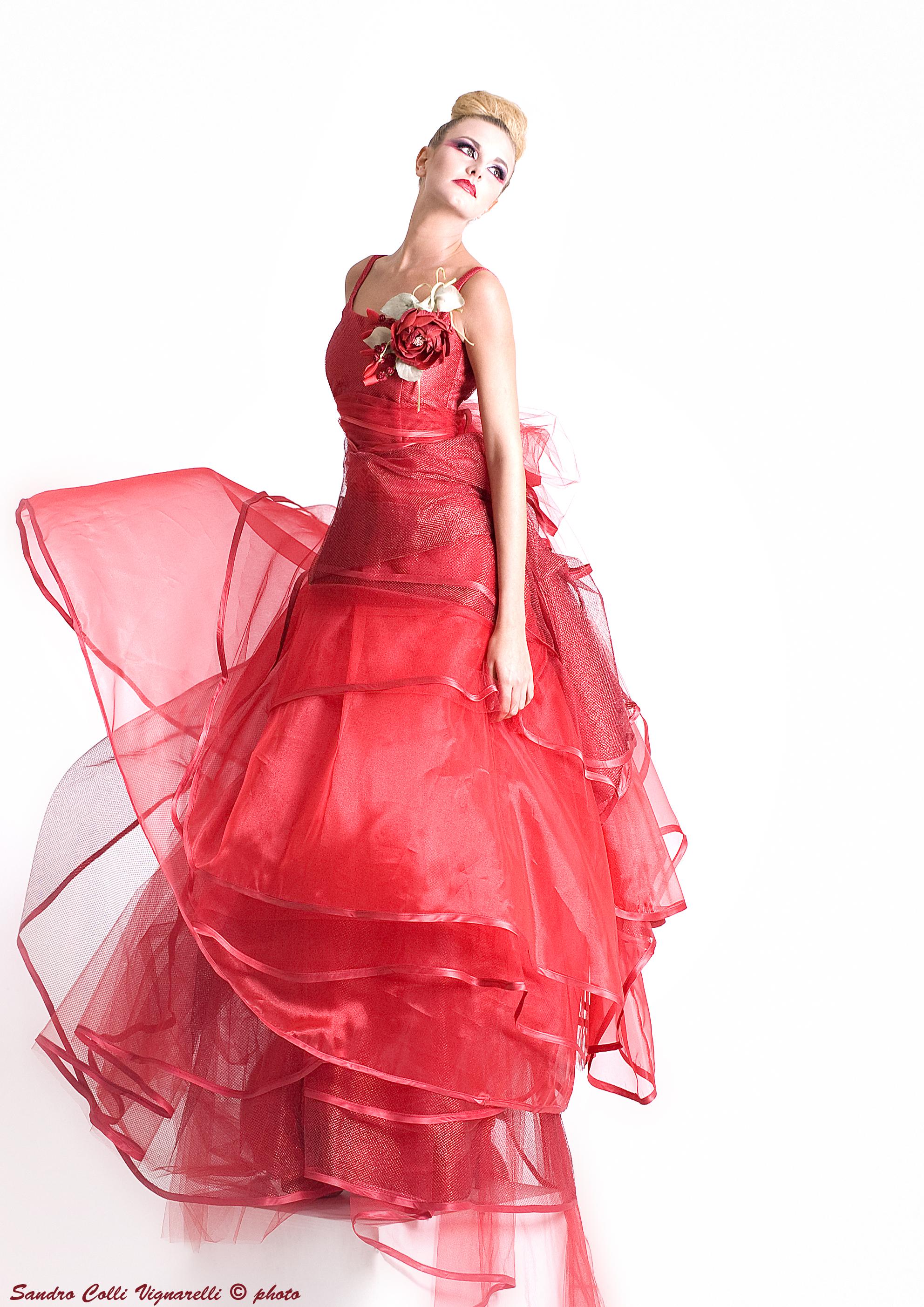 Strati di tulle rosso per l'abito da sera con scollo anni '50