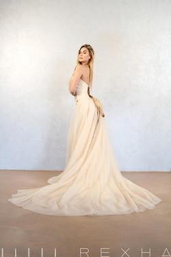 Abito da sposa con corsetto incrociato dietro e swarovsky.