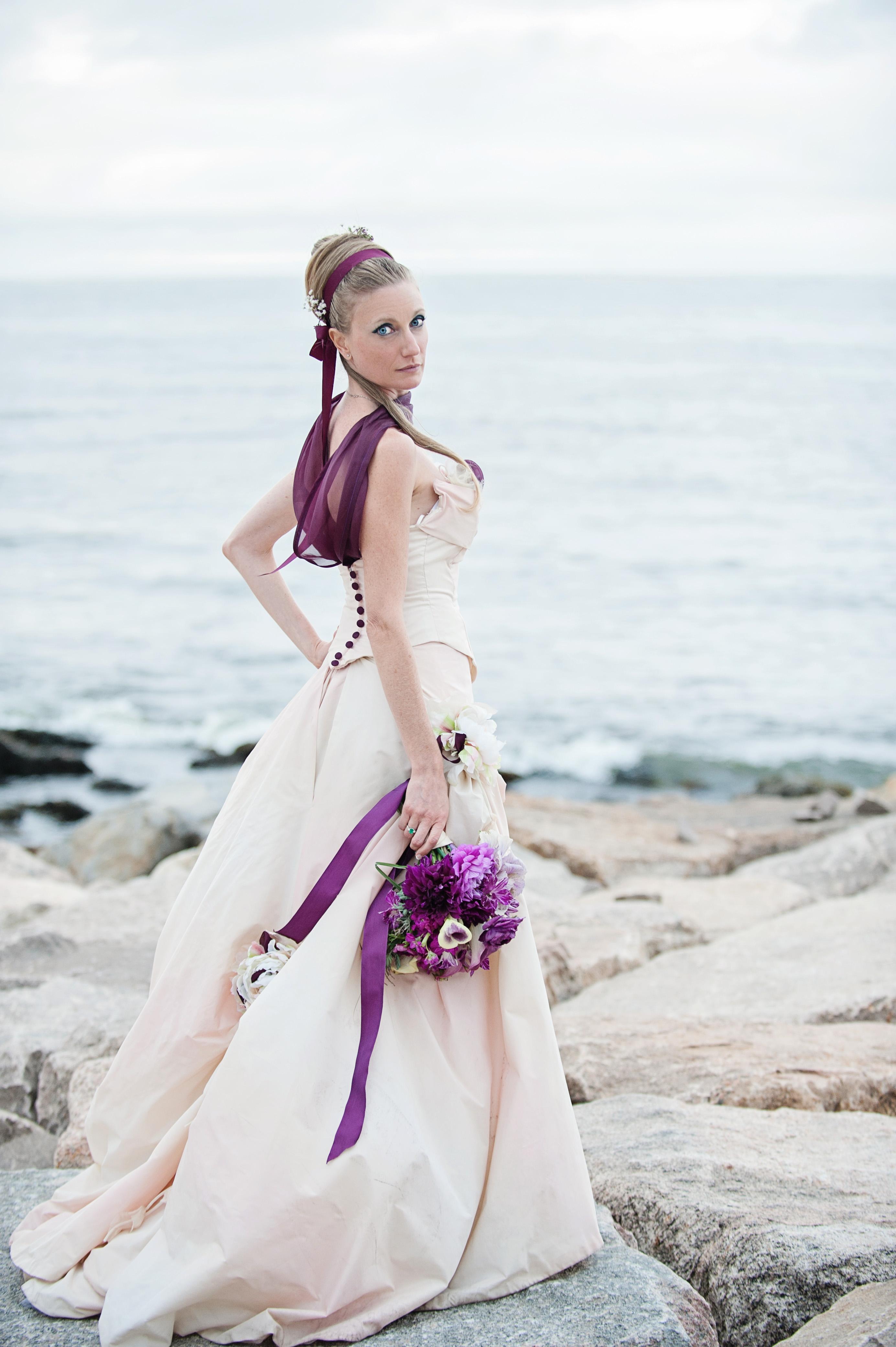 Particolae dell'abito con inserti in viola.