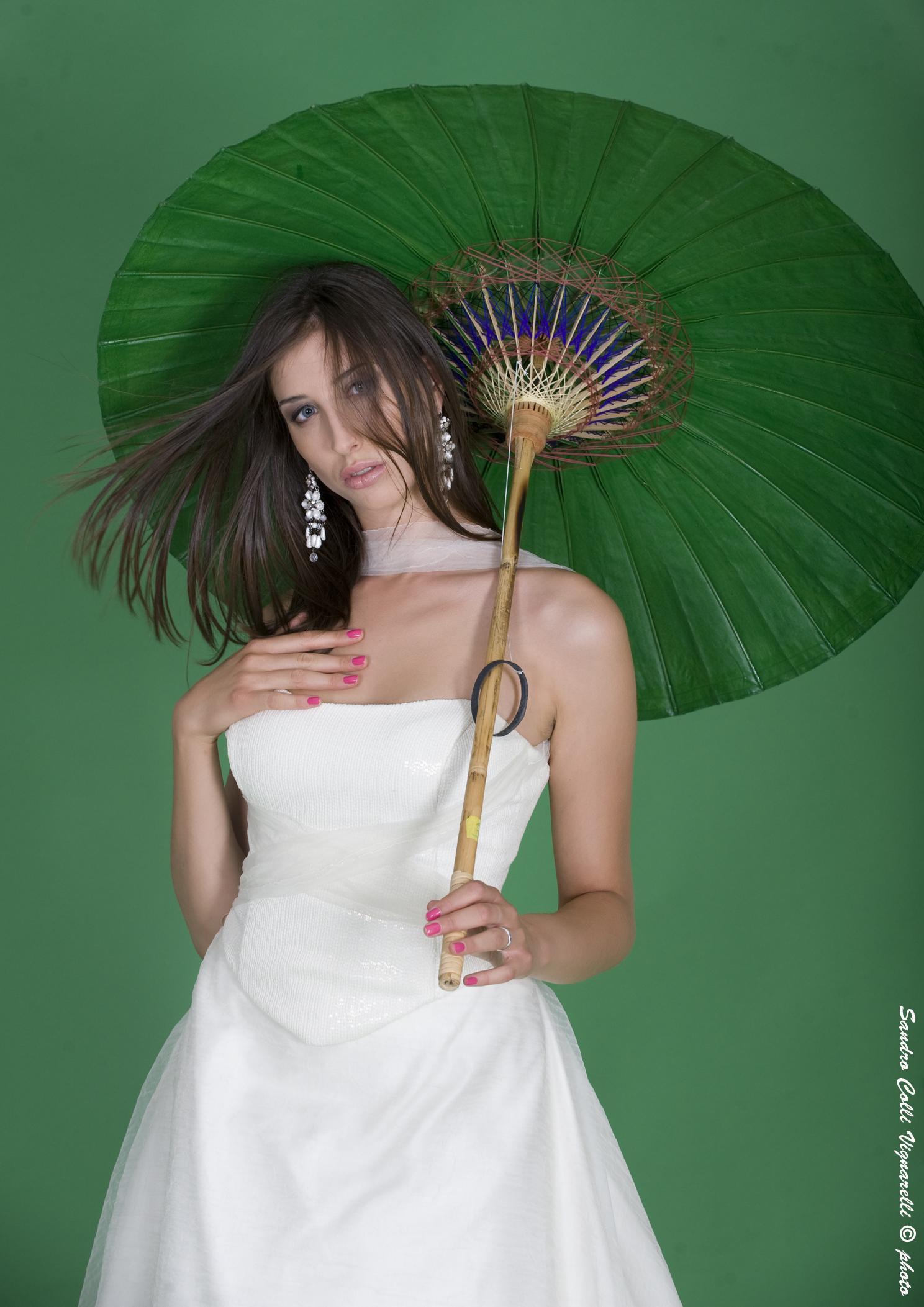 Particolare dello scollo dell'abito in stile anni '50 da sposa