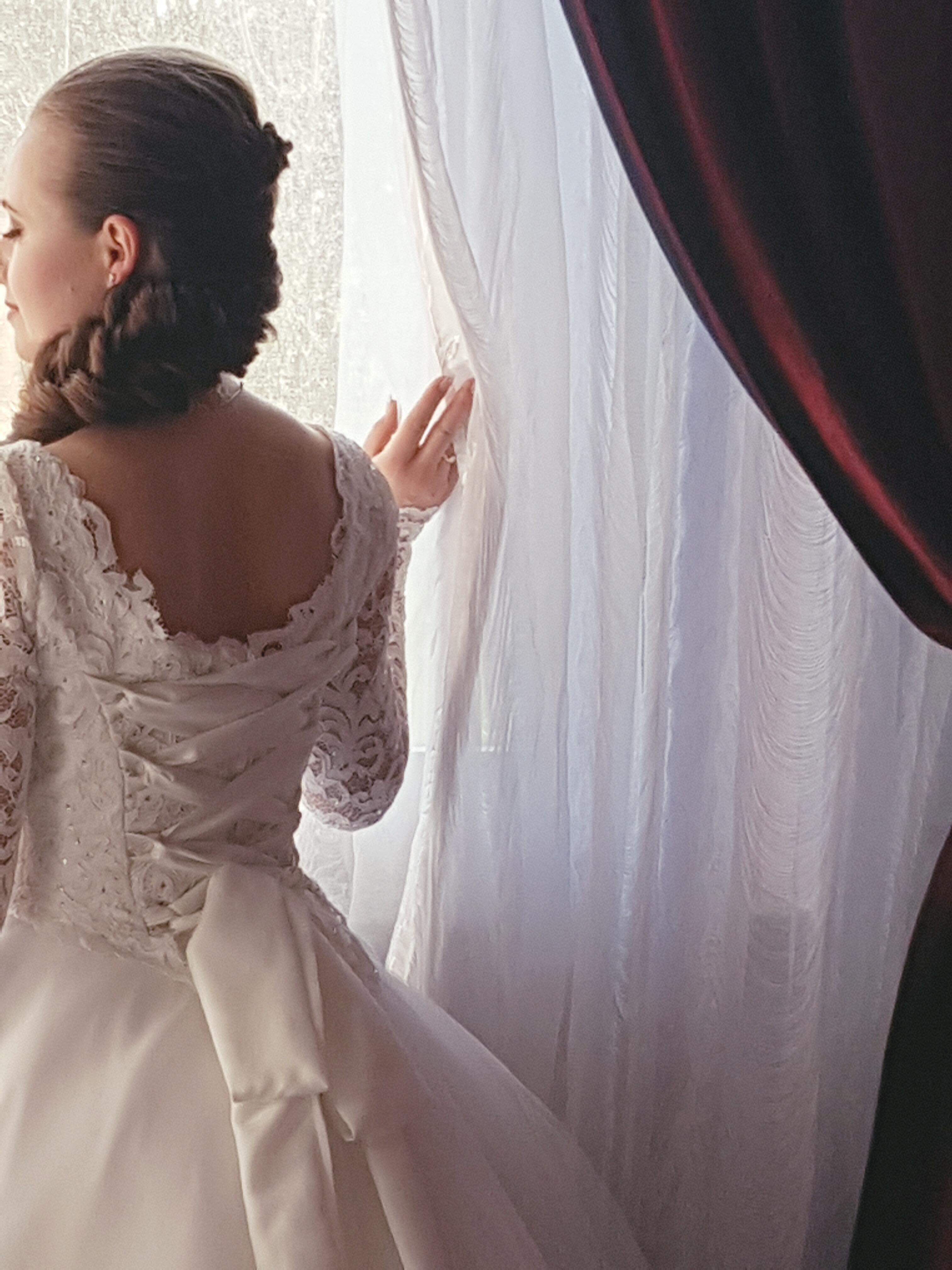 Abito da sposa con incrocio su corpetto in pizzo