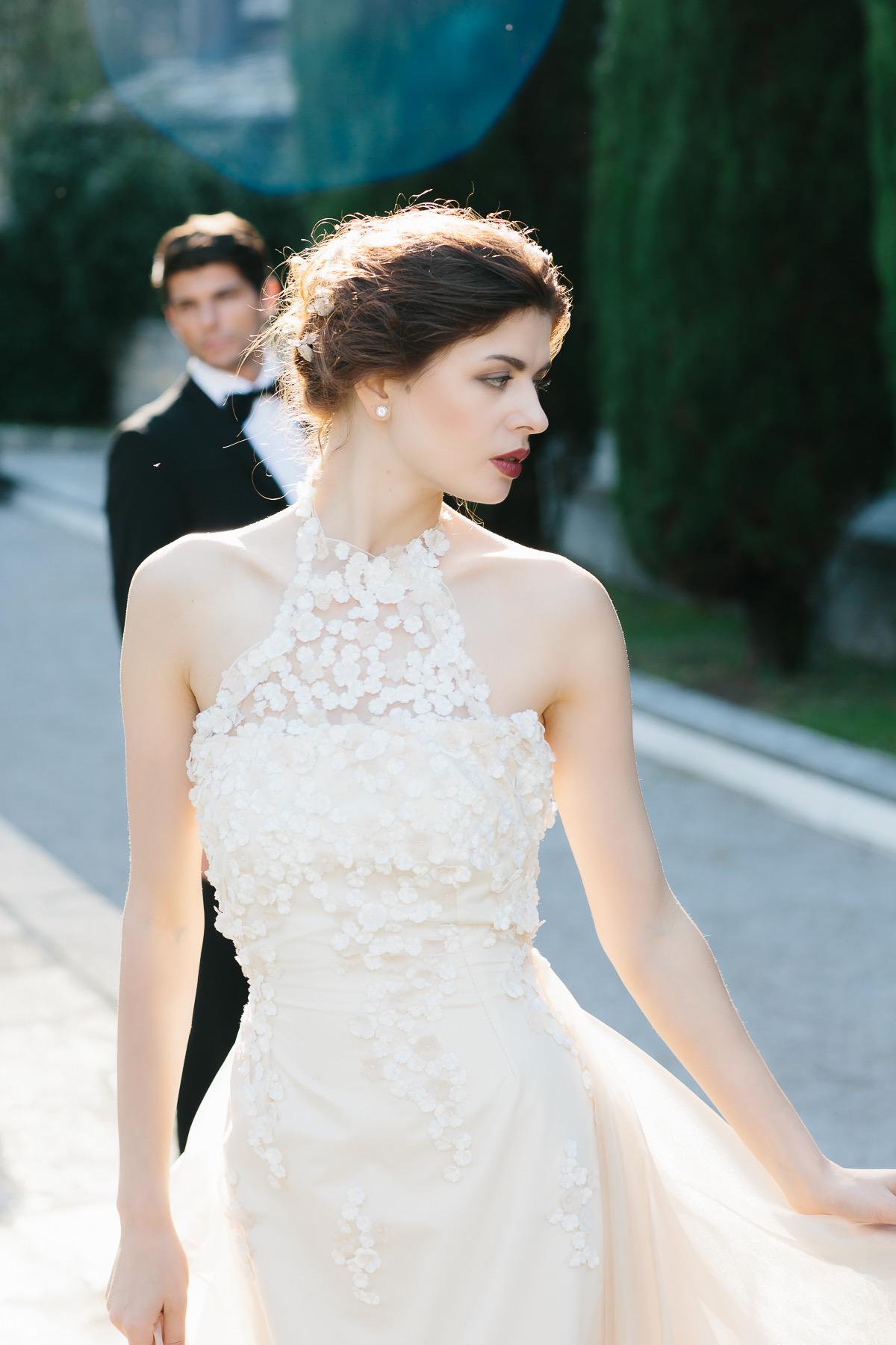abito da sposa a tubino in pizzo su tulle